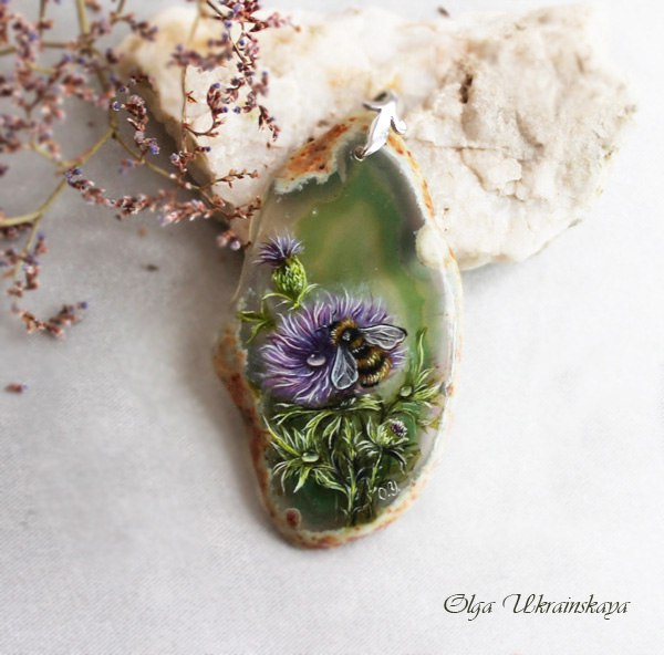 Шмель на цветке чертополоха