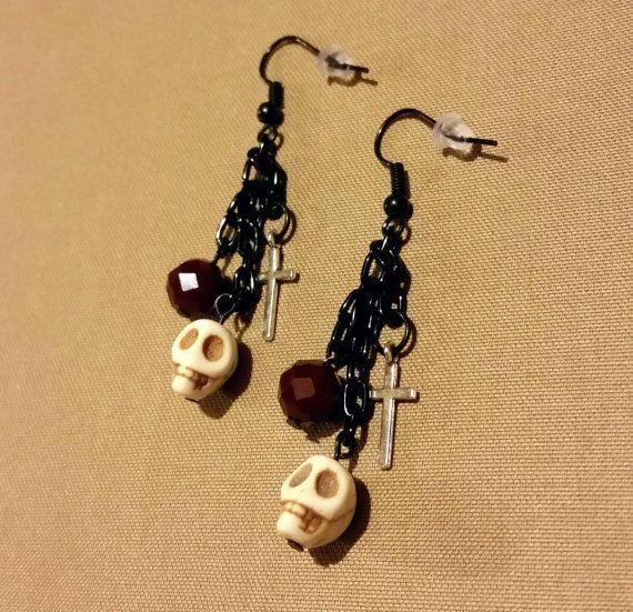 Черепа, кресты, чёрный цвет... Достаточно, чтобы носить в Хеллоуин!